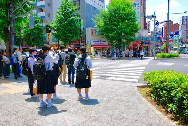 Ecolières dans les rues d'Asakusa