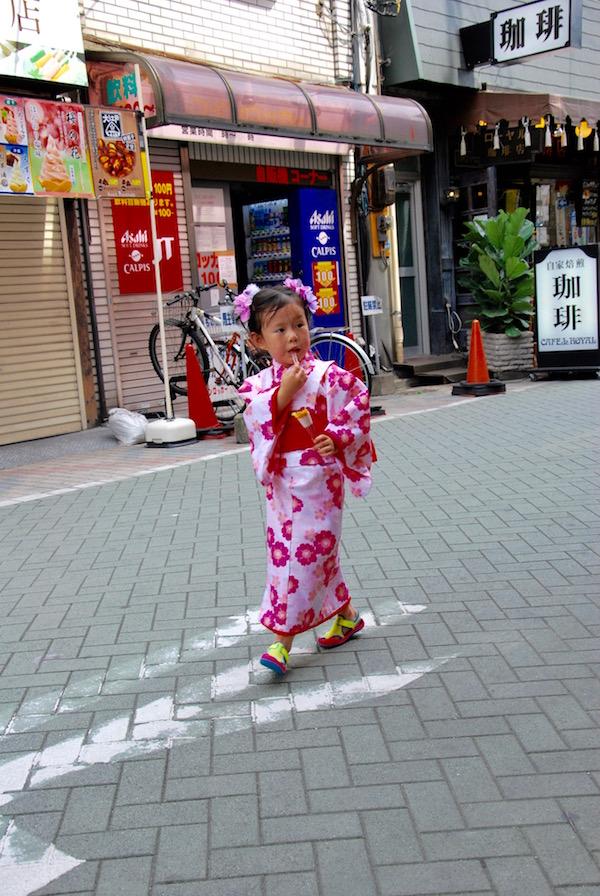 Une petite fille dans les rues d'Asakusa