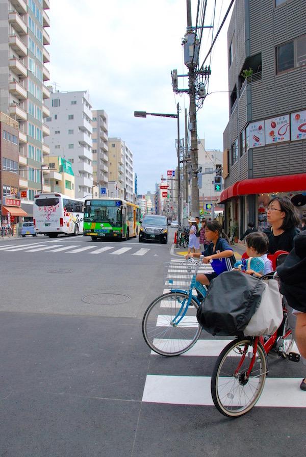 Dans les rues d'Asakusa près de la rivière Sumida